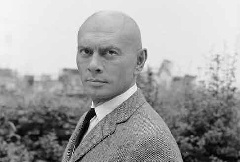 Yul Brynner circa 1969. Photo by Graham Stark/Hulton Archive/Getty Images.