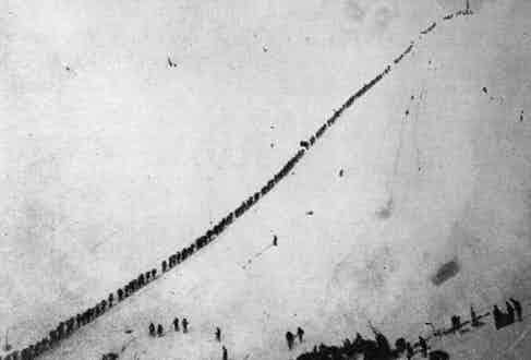 Prospectors ascending the summit of Chilcoot Pass by rope after gold is discovered in the Klondike. (Photo by Hulton Archive/Getty Images)