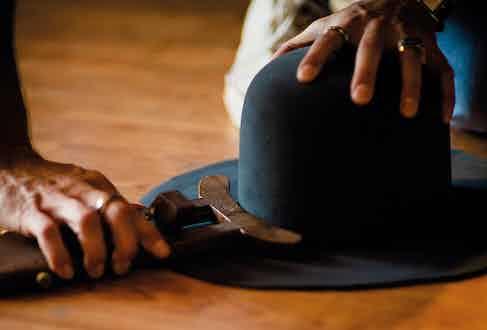 The rim cutter regulates the hat's rim.