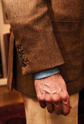 The smallest details mean the most, and Simon likes to wear four buttons on his sports coats instead of the traditional three. This is, however, not the case if he is wearing a Neapolitan jacket, where he sticks to the traditional one-button cuff. The jacket is also a three-roll-two-button assembly, and the patch pockets gives the tweed a truly sporty feel.