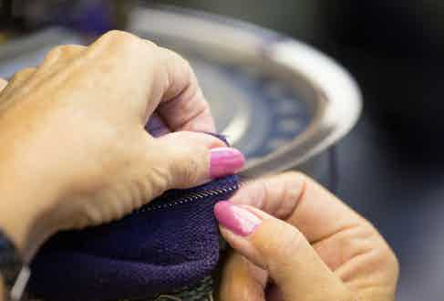 A worker using the hand linking method.