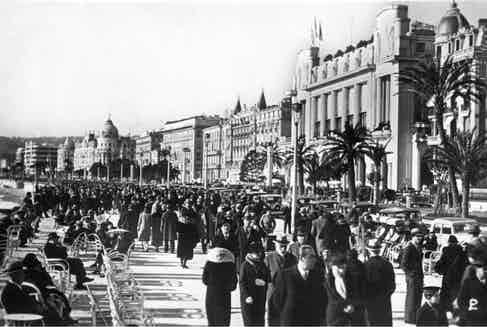 A view down the Promenade des Anglais in Nice in the early 1930s. Photo by INTERFOTO/Alamy Stock Photo.