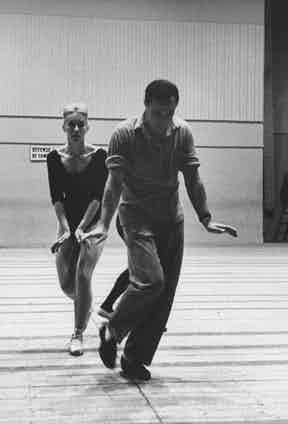 Even in 1960, Kelly was true to his uniform of moccasins, tailored trousers and a shirt with the sleeves rolled up in a dance rehearsal with Claude Bessy, underlining the timelessness of his style.