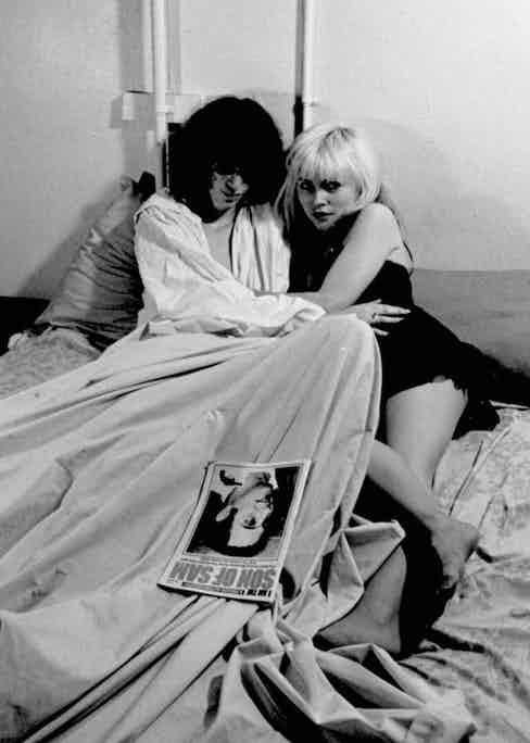 Joey Ramone posing with Debbie Harry for Punk magazine in New York, 1977. Photo by Roberta Bayley/Redferns/Getty Images.