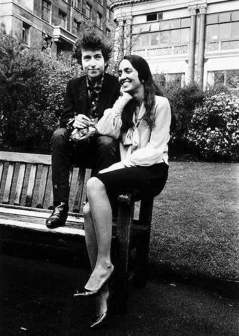 Bob Dylan with Joan Baez, an American folk singer famous for protest songs against the Vietnam war, sitting outside the Savoy Hotel in London, 1965. Photo by Trinity Mirror/Mirrorpix/Alamy Stock Photo.