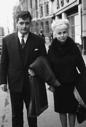 Barbara Windsor with her husband Ronnie Knight outside the Old Bailey after he was acquitted of taking part in an £8000 raid at Lots Road power station in Fulham, 1962. Trinity Mirror/Mirrorpix/Alamy.