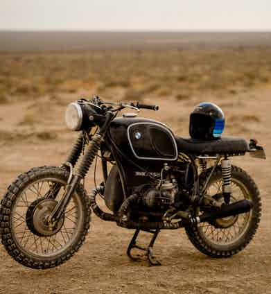 A black custom Roughchild BMW R 75/5 combined with the Hedon x The Rake Artemis helmet.