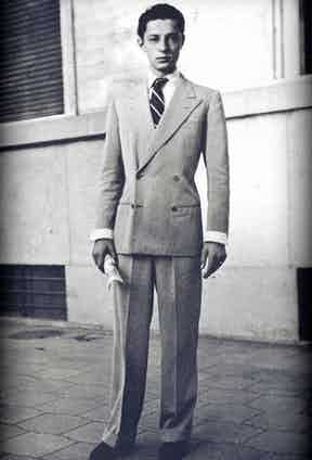 A young Gianni Agnelli wearing a 4x1 double-breasted suit buttoned on the top button. This creates a more formal look, as opposed to buttoning on the bottom button, which is naturally more relaxed.