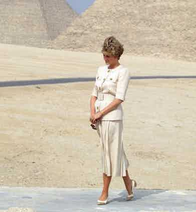 The Princess of Wales visits the Pyramids in Giza during the tour of Egypt in 1992. She wears a safari-inspired belted jacket and mid-length skirt with court shoes. Photo by Tim Graham.