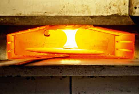 The enamelled products undergo 'great firing', in an oven that reaches a searing 800-850°.
