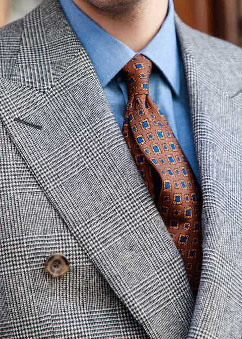 A necktie should ideally protrude slightly from the collar and not lie completely flat and lifeless.