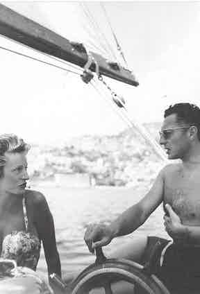 At the helm, the exemplary rake of the Riviera, Gianni Agnelli with his wife Marella in the 1950s.