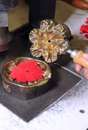 The metal moulding tool used to manipulate the silk and give it texture.