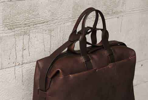 The Weekender is the ideal travelling bag with ample space for clothes and accessories. It features two external front pockets, an adjustable and detachable shoulder strap, shorter hand straps, a cotton lining, internal pockets and a robust silver zip fastening across the top.
