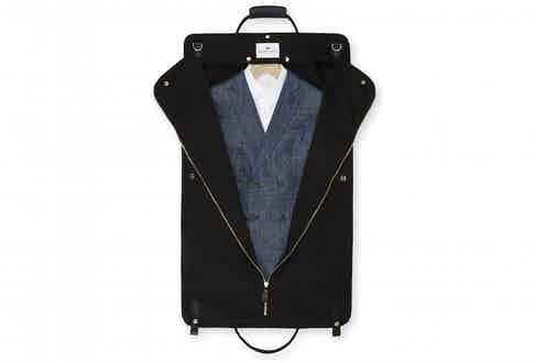 The suit carrier is easily removed from the holdall and can be immediately hung on your arrival at your hotel.