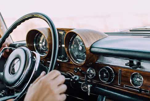 The sumptuous driving panel of the Mercedes 600.