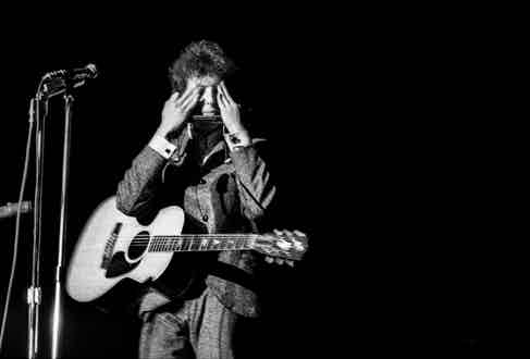 Dylan performing in 1965. © Jerry Schatzberg. Courtesy of ACC Art Books.