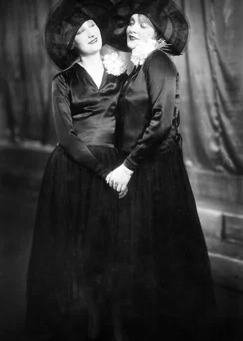Dietrich singing Wenn Die Beste Freundin with Margo Lionin 1928. (Photo courtesy of Getty)
