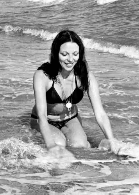 Joan Collins on the beach of the 'Marbella Club', 1970, Spain. (Photo Gianni Ferrari/Cover/Getty Images)