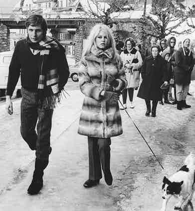Gunter Sachs and Brigitte Bardot take their dog for a walk in 1967.