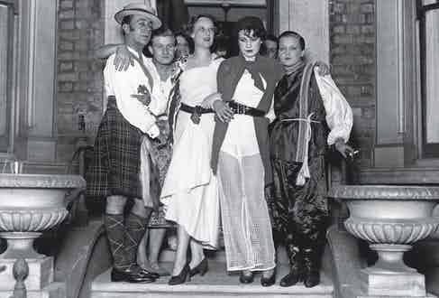 Socialites (L-R) Tony de Gandarilles, Brian Dean Paul, Mrs Ferminger, Brenda Dean Paul and Jane Carlys, standing on a doorstep as they attend a Freak Party in Chelsea, London, October 1929. (Photo by Fox Photos/Hulton Archive/Getty Images)