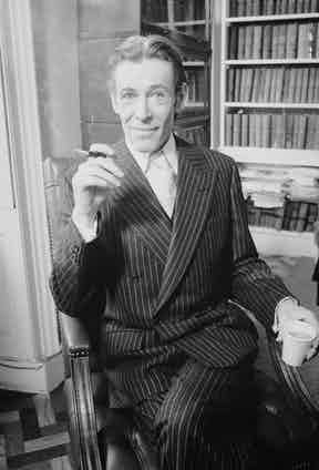 Peter O'Toole wearing a sharp suit and smoking a cigarette in a holder, London 1976.  (Photo by Terry O'Neill/Getty Images)