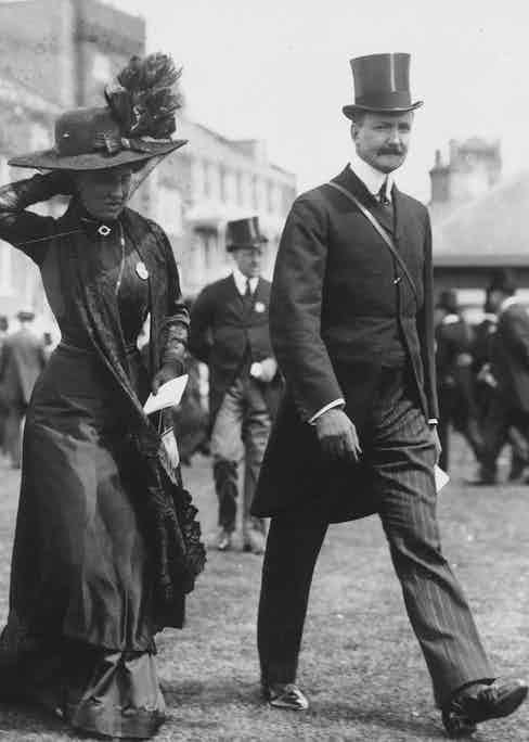 Earl and Countess of Ilchester on the first day of Black Ascot, when racegoers mourn for King Edward VII who was an enthusiastic racegoer, 1910 (Photo by Hulton Archive/Getty Images)
