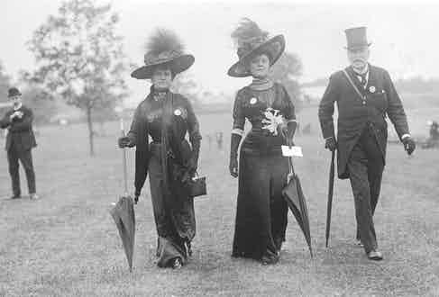Baroness Rosencrantz and Mrs Frank Mackey at Black Ascot, 1910 (Photo by W. G. Phillips/Phillips/Getty Images)