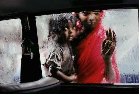 Steve McCurry: Mother and Child at Car Window. Mumbai, India 1993 © Steve McCurry courtesy of the Ernst Leitz Museum, Wetzlar 2021