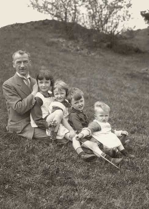 1926: Rudolf Lange with his children; a 2-year old Walter Lange on the far right