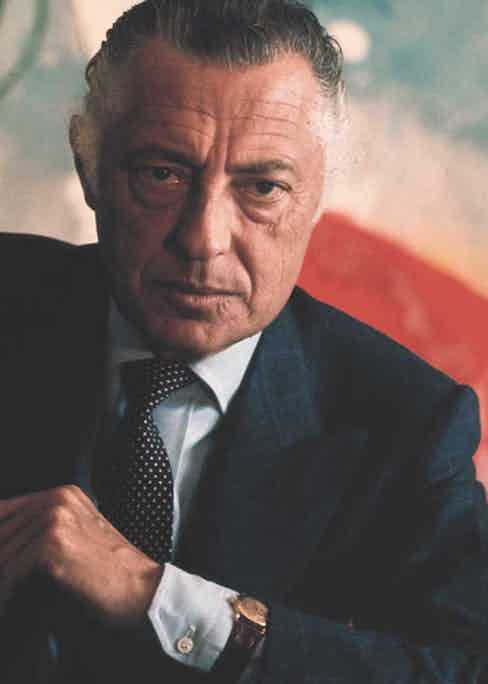 The impeccably stylish and charming Gianni Agnelli, would always wear his Patek Philippe ref. 1415 around his shirt cuff. (Image: The Rake)